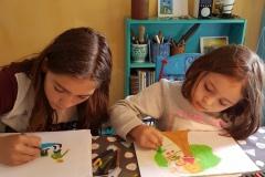 Anna og Clara tegner til Alfeline