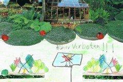 Collage af Helle. Høns verboten. Tegnet af Alva, Marie, Tabea og Johannes. På ferie hos Ursula Weidemann og Hanns Haenel